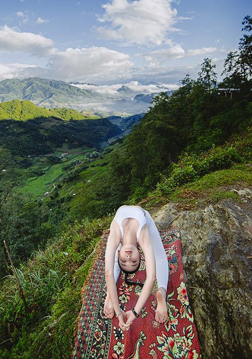 Bảo Châu trải khăn tập yoga giữa thiên nhiên Tây Bắc hoang sơ.