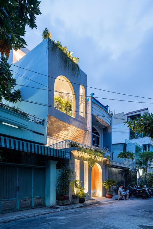 Nhà có diện mạo hoàn toàn mới, là điểm nhấn giúp làm bừng sáng cả góc phố.