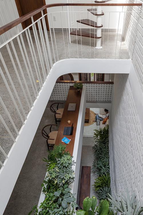 Tầng một của nhà bố trí góc làm việc cạnh giếng trời, giúp gia chủ có tinh thần tích cực, tăng tính sáng tạo trong lao động.