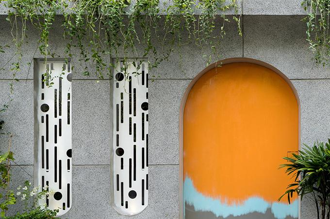 Cửa sắt cách điệu hình bầu dục giúp nhà ở có vẻ ngoài hiện đại, bắt mắt hơn.