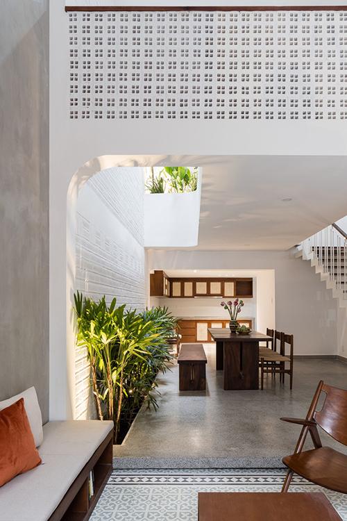 Nhà được mở rộng giếng trời theo chiều thẳng đứng để tạo sự hài hòa giữa không gian động và tĩnh.
