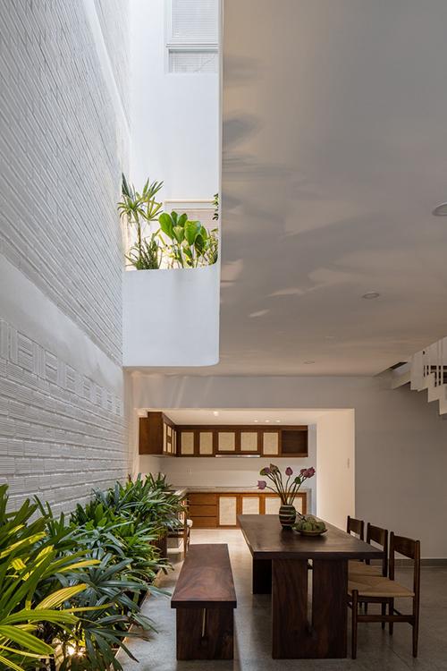 Ánh sáng tự nhiên len lỏi từ hành lang, các khoảng trống trong nhà và phòng ngủ. Ngôi nhà đón nắng, gió từ ngoài vào trong giúp mang lại sự cân bằng, khiến nhà bớt bức bí so với trước.