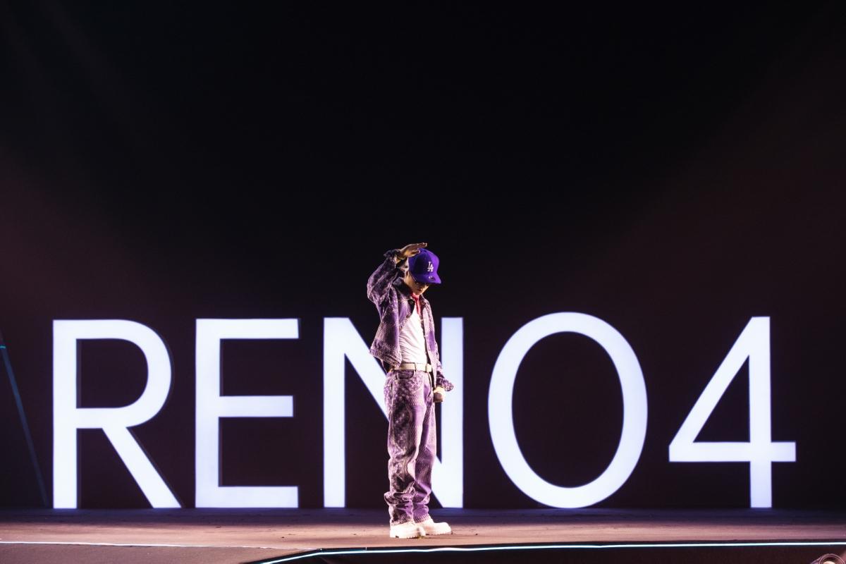 Sự kiện diễn ra dưới hình thức trực tuyến nhằm đảm bảo an toàn trước tình hình Covid-19. Nam ca sĩ xuất hiện ở đoạn cuối của chương trình, sau khi đại diện hãng công bố giá bán và các chương trình đặt trước cho loạt sản phẩm mới. Nam ca sĩ là gương mặt thân thuộc của Oppo trong vai trò đại sứ thương hiệu của nhiều dòng thiết bị.