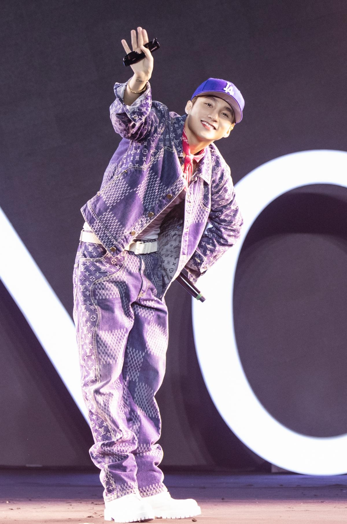 Thông điệp độc đáo này cũng được nam ca sĩ thể hiện thông qua phần nhìn. Sơn Tùng diện bộ cánh denim của Louis Vuitton, phong cách trẻ trung nhưng vẫn đủ nổi bật trên sân khấu. Trước đó, Sơn Tùng từng mang Oppo Watch và cầm Reno4 trong một buổi trình diễn. Chiếc đồng hồ Oppo Watch phiên bản màu hồng từng xuất hiện trong MV Có chắc yêu là đây.