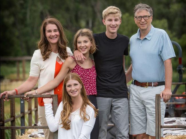 Bill Gates cùng vợ và ba con. Ảnh: BI.