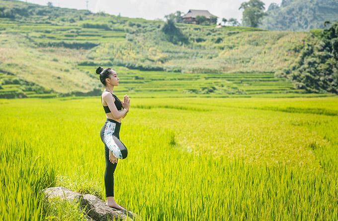 [Caption]Trước đó, Bảo Châu từng khoe bộ ảnh yoga ở Hang Múa (Ninh Bình) với những góc ảnh ấn tượng cho người xem. Mong ước của cô bé là có thể thực hiện nhiều bộ ảnh yoga ở các thắng cảnh nổi tiếng trong nước, mà dự định gần nhất là bộ ảnh yoga đón bình minh ở Đà Lạt. Bảo Châu cũng có ý định gắn bó với dancesport, yoga lâu dài với vai trò cô giáo.
