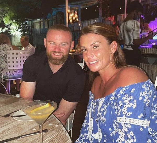 Trên trang cá nhân, vợ chồng Rooney đăng ảnh cặp đôi đi ăn tối cùng biểu tượng trái tim và thư giãn. Trải qua 12 năm hôn nhân và vô vàn sóng gió liên quan tới những thói hư tật xấu của Rooney, Coleen vẫn đồng hành bên chồng.