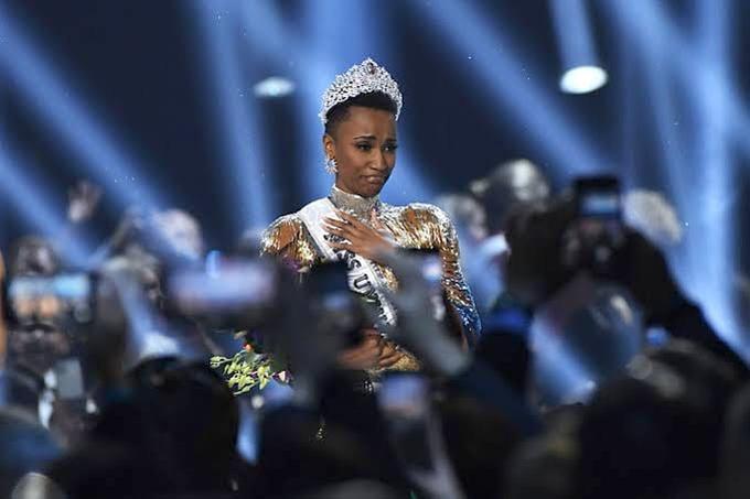 Miss Universe dời cuộc thi sang năm 2021. Hoa hậu Hoàn vũ 2019 Zozibini Tunzi sẽ tiếp tục đảm nhiệm sứ mệnh hoa hậu thêm một năm.