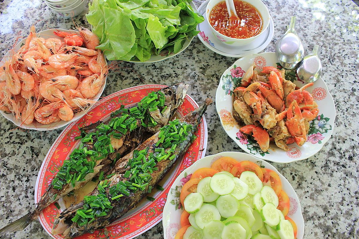 Đủ món ngon trong bữa cơm của người xứ biển