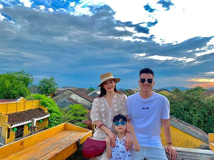 Lưu Đê Ly bên chồng và con trai.