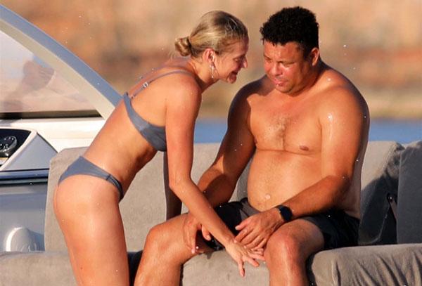 Cựu danh thủ Ronaldo và bạn gái trẻ vui vẻ bên nhau trong kỳ nghỉ trên hòn đảo nhỏ nhất trong 4 đảo chính thuộc quần đảo Baleric gồm Majorca, Minora, Ibiza và Formentera. Hồi đầu tháng, cặp đôi đưa hai con gái nhỏ của Ronaldo tới Ibiza nghỉ dưỡng.