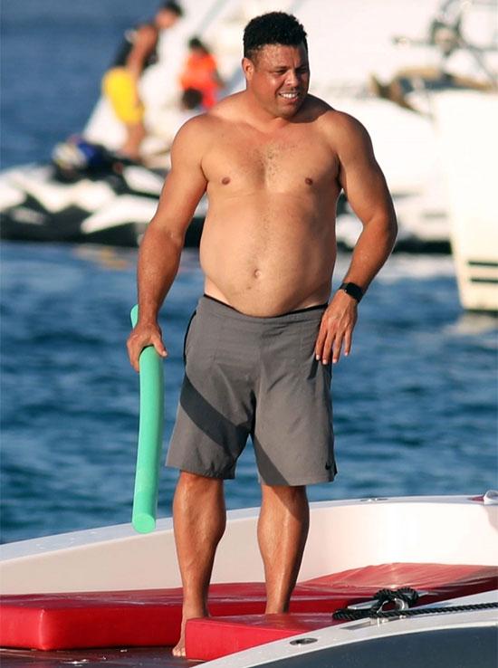 Người ngoài hành tinh giải nghệ 2011 vì bị suy giáp. Kể từ ngày treo giày, Ronaldo luôn xuất hiện với hình ảnh to béo.