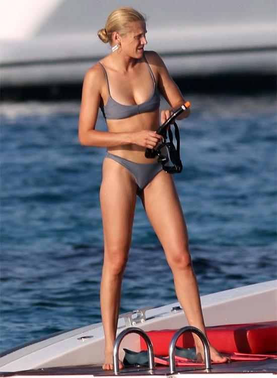 Bạn gái cựu sao 43 tuổi là một người mẫu. Chân dài Brazil gắn bó với Ronaldo nhiều năm không màng tới đám cưới hay sinh con.