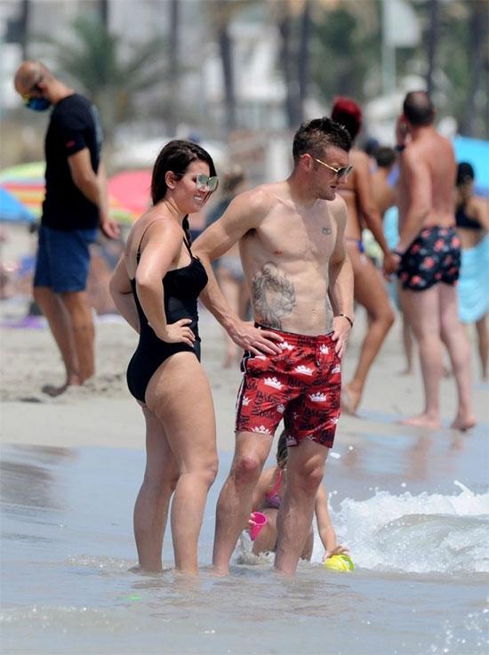 Vợ chồng Vardy tại Ibiza, Tây Ban Nha. Ảnh: Backgrid.