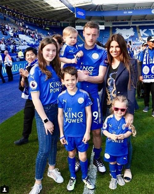 Tiền đạo Leicester bên bà xã hơn 5 tuổi và các con mùa hè năm ngoái. Trong số này, hai bé lớn là con riêng của Rebekah, hai nhóc còn lại là kết quả tình yêu của người đẹp và Vardy. Lúc này Rebakah đang mang thai cô nhóc Olivia. Ảnh: Mirror.