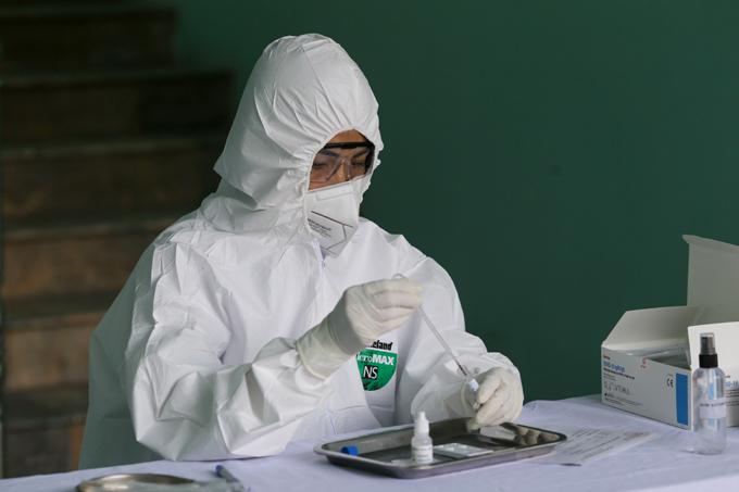 Nhân viên y tế lấy mẫu xét nghiệm Covid-19. Ảnh: Tất Định.