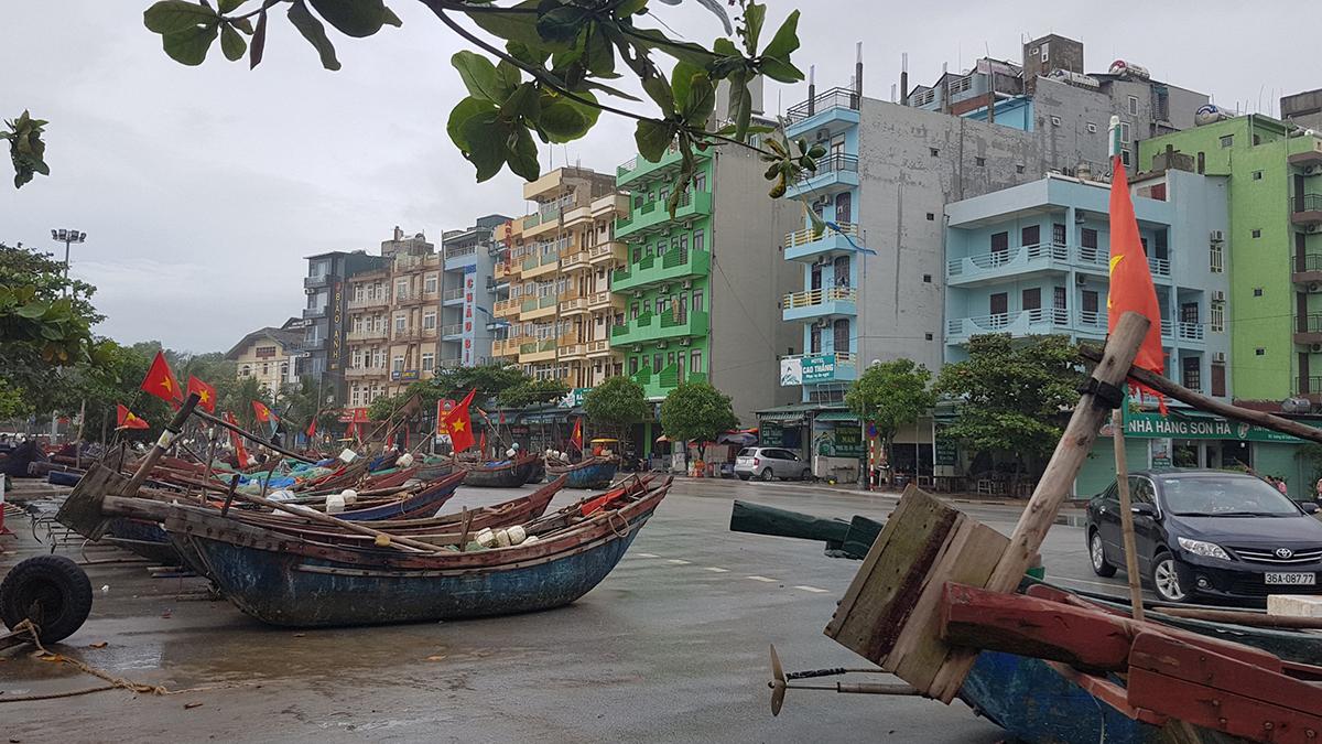 Hàng trăm chiếc thuyền bè của ngư dân Sầm Sơn được chuyển lên đường Hồ Xuân Hương.