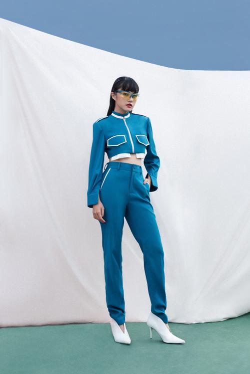 Thanh Vy khoe eo thon và nét trẻ trung với bộ suit phối hợp tông xanh - trắng ăn ý.