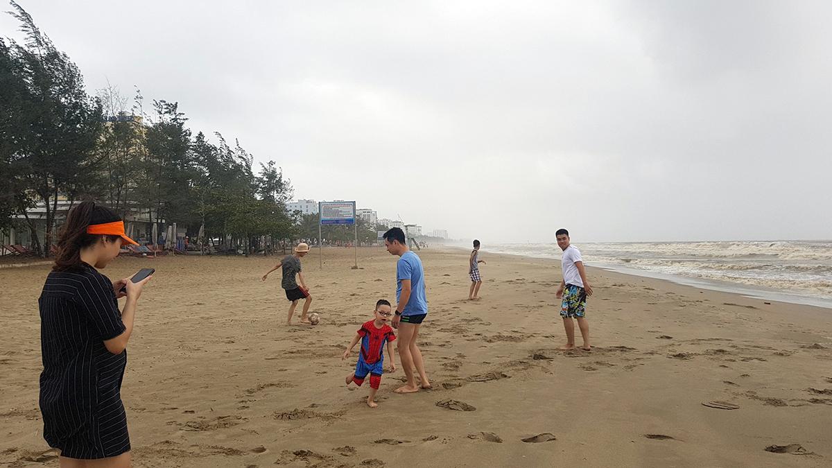 Nhiều du khách sáng nay vẫn ra chơi ngoài bờ biển Sầm Sơn khiến lực lượng chức năng vất vả đi nhắc nhở, yêu cầu vào nơi tránh trú.