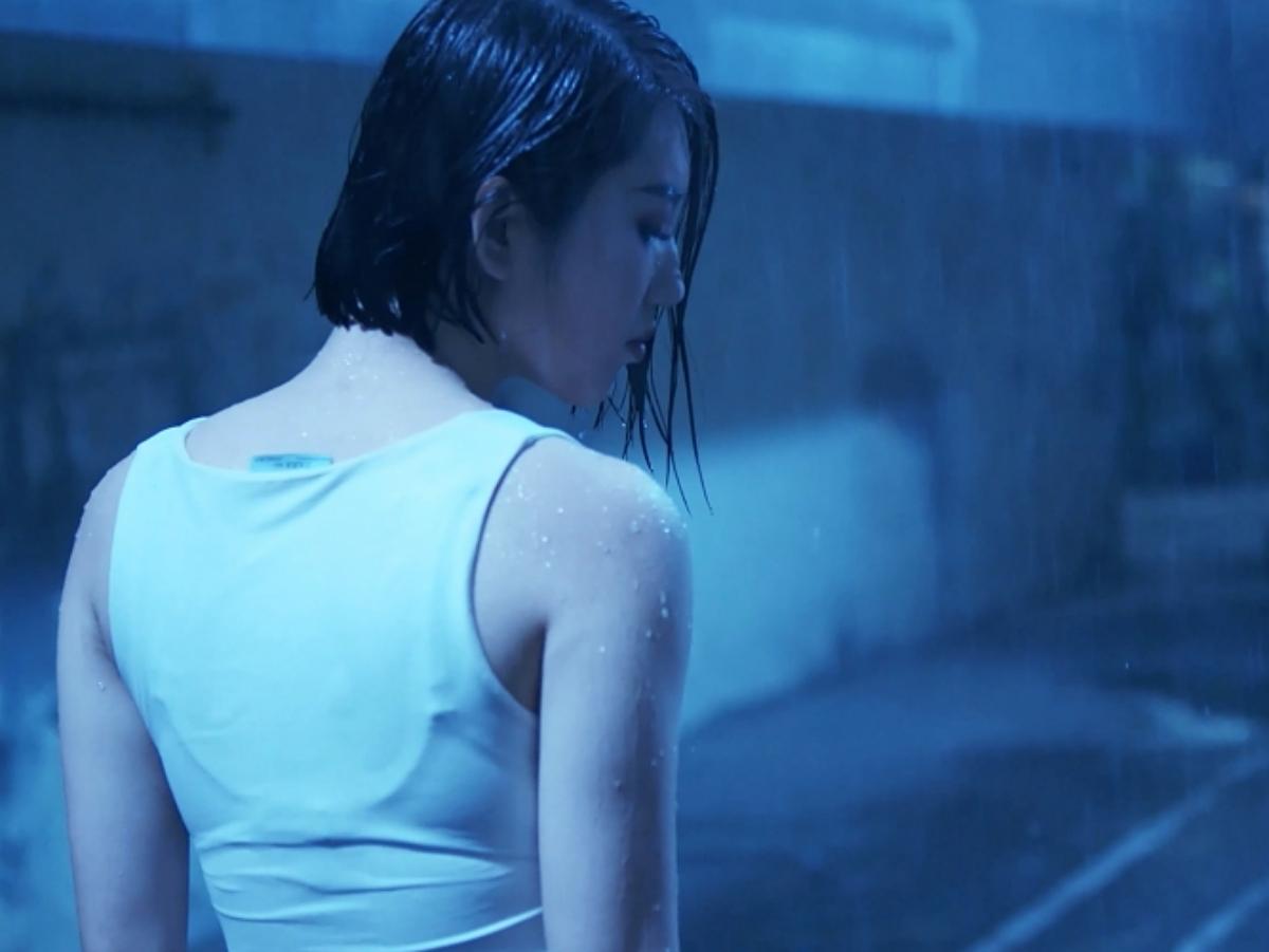 Thuý Ngân cũng từng ngất lịm tại phim trường vì cảnh tắm mưa, quay liên tục trong 3 đêm, từ 10 giờ tối đến sáng. Cô được đoàn phim trợ giúp trùm 10 cái áo nhưng vẫn không bớt lạnh