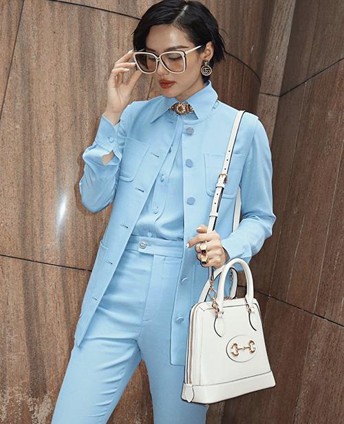 Túi Gucci trắng tiệp màu mắt kính là bộ phụ kiện được Khánh Linh mix-match cùng trang phục đúng trend.