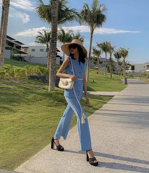 Phí Phương Anh chọn thêm dây đai lưng vải thừng, túi đeo chéo để giúp cách diện suit xanh của cô trở nên cá tính hơn.