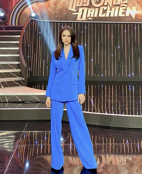 Ở xu hướng thời trang 2020, nét chỉn chu và hiện đại từ suit, vest, blazer đã thu hút sự quan tâm của Hương Giang và nhiều sao Việt.