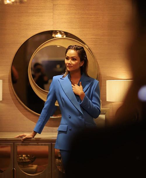 Hoa hậu HHen Niê thanh lịch với mẫu suit được nhiều sao Việt chọn lựa sử dụng khi xuất hiện trước công chúng.
