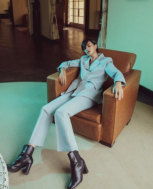 Hà Kino khoe dáng với trang phục mang hơi hướng phong cách menswear với cách kết hợp áo blazer và quần ống đứng đồng điệu sắc xanh ngọc tông nhạt.