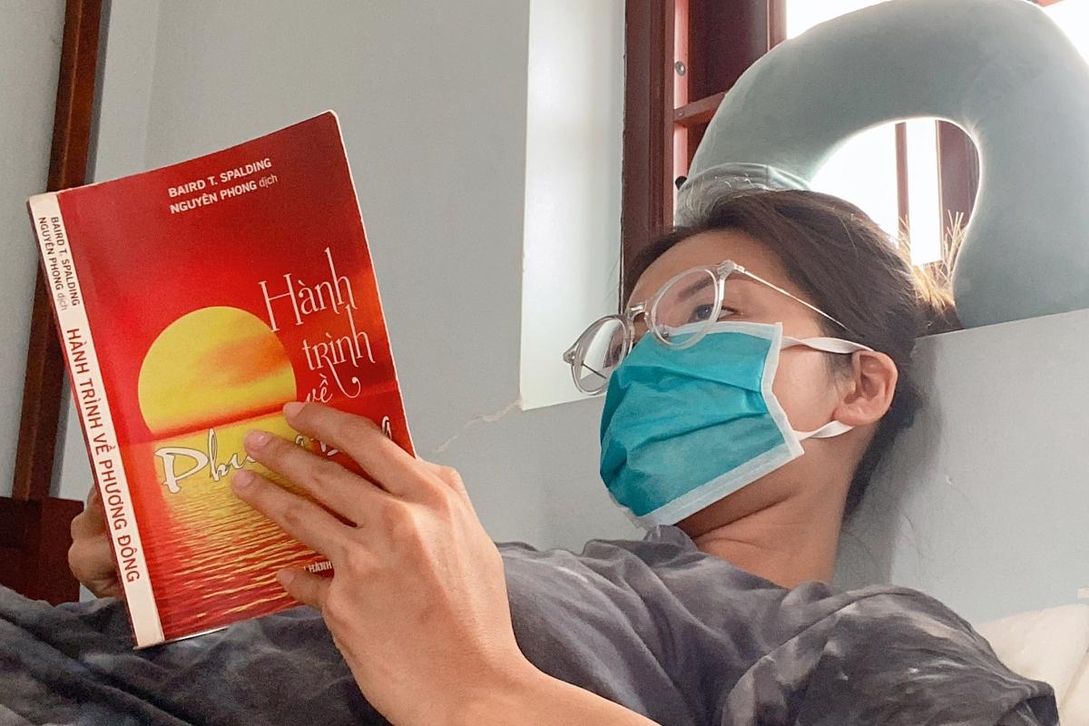 Minh Tú tuân thủ ở trong phòng, dành thời gian đọc sách và làm Vlog khi cách ly ở Trà Vinh.