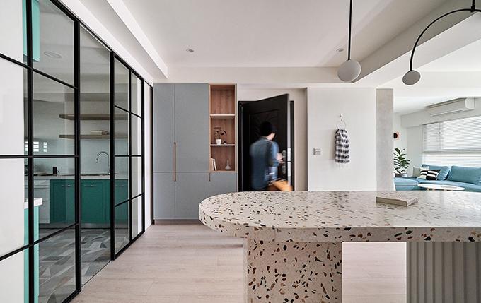 Khu vực bếp được phân tách với các nơi khác bằng hệ thống cửa vách kính kéo mở dễ dàng.