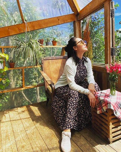 Rất chăm chỉ đi du lịch và chịu khó bắt trend giới trẻ, Phương Linh ghé thăm quán cà phê đang hot ở Đà Lạt. Nữ ca sĩ chia sẻ, quán thiết kế đẹp và khá đông khách.