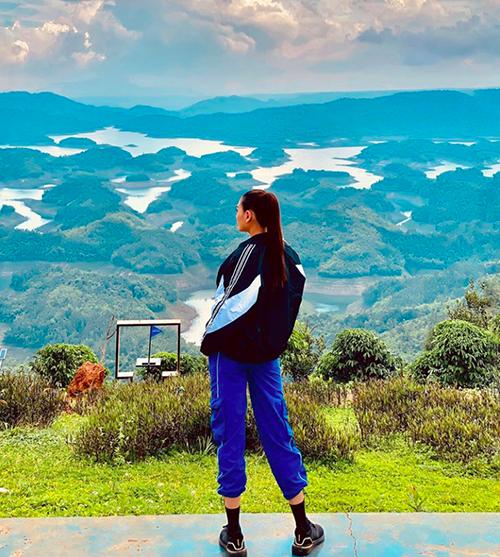 Võ Hoàng Yến check in hồ Tà Đùng nằm ở khu bảo tồn thiên nhiên Tà Đùng của tỉnh Đắk Nông, thuộc cả hai địa phận của xã Đắk P lao và xã Đắk Som. Nơi đây được mệnh danh là vịnh Hạ Long của núi rừng Tây Nguyên.