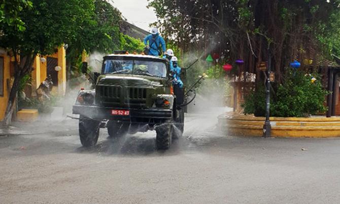 Lực lượng quân đội phun hoá chất trên đường Nguyễn Thái Học. Ảnh: Văn An.