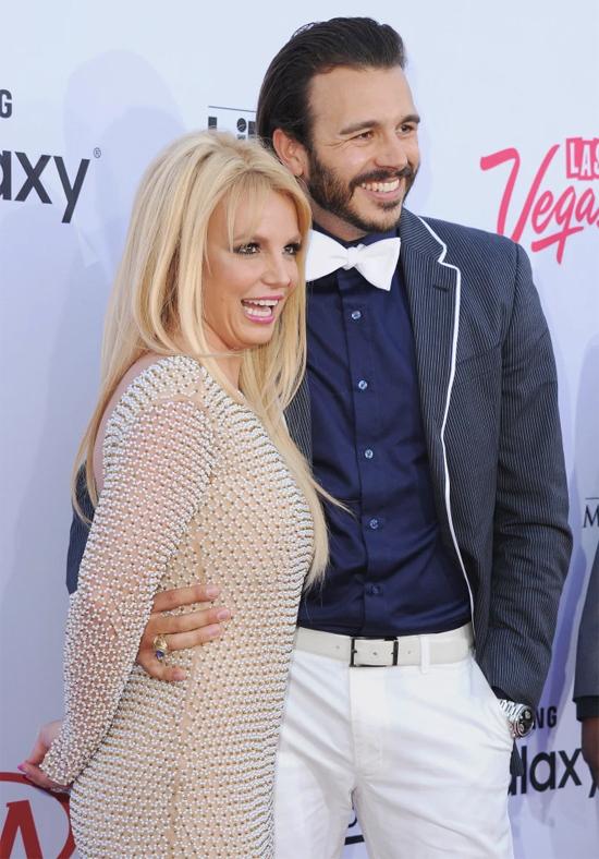 Britney và bạn trai cũ Charlie Ebersol tới thảm đỏ năm 2015. Charlie khẳng định Britney không hề bất ổn về tinh thần.