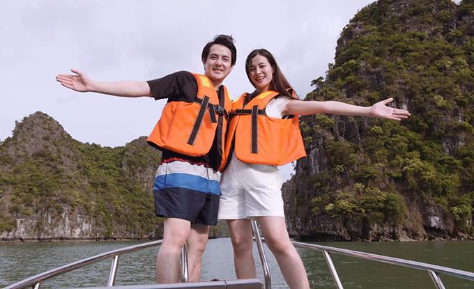 Cũng đang trong những ngày nghỉ ngơi trong thai kỳ, Đông Nhi lại được ông xã tháp tùng ra Bắc, đi du thuyền trên vịnh Lan Hạ (Hải Phòng). Khu vịnh xinh đẹp, khung cảnh hoang sơ, từng được Leonardo Dicaprio kêu gọi bảo tồn.