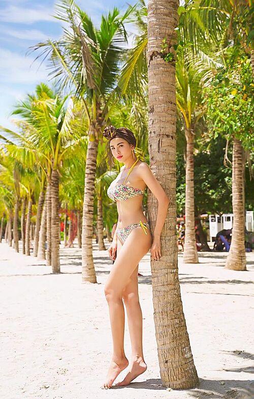 Hoa hậu Diễm Hương khoe dáng với bikini trong chuyến du lịch ở Mũi Nai - Hà Tiên cách đây không lâu. Người đẹp cho biết những ngày này cô ở nhà vì sức khỏe của mình và cộng đồng.
