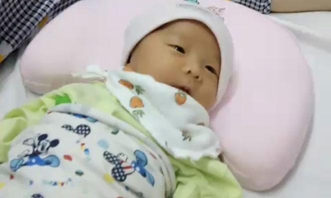 Em bé hiện khỏe mạnh, đang được theo dõi tại bệnh viện Đa khoa Xanh Pôn. Ảnh:Bác sĩ cung cấp.