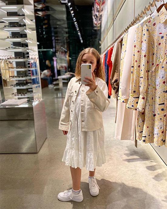 Harper ra dáng thiếu nữ chụp selfie trong cửa hàng thời trang của mẹ. Ảnh: Instagran.