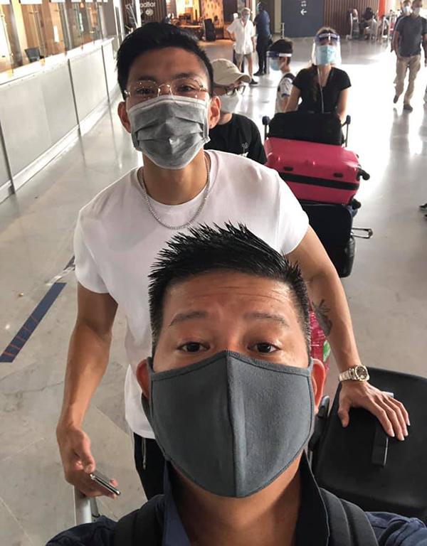 Văn Hậu chụp selfie cùng người đại diện trước khi lên máy bay về Việt Nam. Ảnh: Nguyễn Đắc Văn.