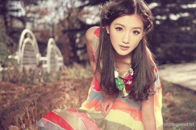 Mao Hiểu Đồng sinh năm 1988 tại Thiên Thân, tốt nghiệp Học viện Hý kịch trung ương Trung Quốc. Năm 2010, thông qua phim truyền hình Nữ thần bổ, cô chính thức bước chân vào làng giải trí.