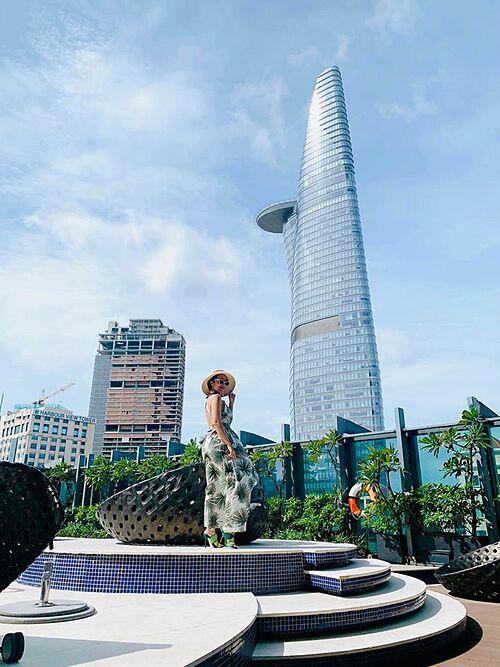 Chia sẻ ảnh tạo dáng dưới chân tòa nhà Bitexco, MC Ốc Thanh Vân viết: Yêu Sài Gòn của tôi. Bình an, xinh đẹp và đầy nội lực.