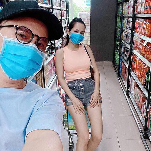 Ca sĩ Hoàng Bách hộ tống vợ đi siêu thị mùa dịch.