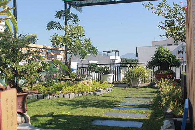 Việc làm vườn trên sân thượng khó khăn hơn làm vườn dưới mặt đất, cần nhiều thời gian chăm chút hơn. Vì thế, gia đình tôi cũng thay đổi cách sinh hoạt, chia thời gian để chăm vườn. Để khu vườn luôn tươi tốt, cần để ý lượng nước đầy đủ, bón phân định kỳ 2 lần/tháng với phân hữu cơ, vi sinh có lợi cho đất, anh kể.