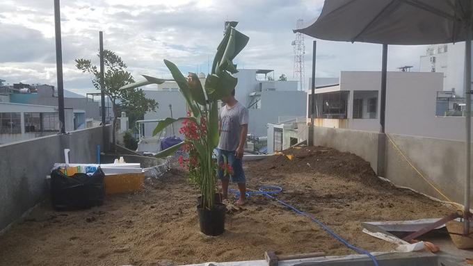 Quá trình anh Bảo tự cải tạo, thi công vườn sân thượng diễn ra trong 1 tháng với chi phí vật tư là 23 triệu đồng.