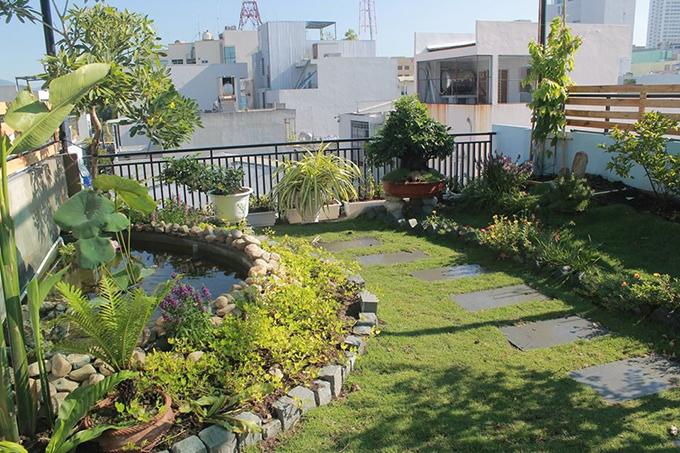 Sân vườn được lắp đặt hệ thống tưới tiêu tự động 2 lần/ngày giúp khu vườn luôn mát mẻ, có nhiệt độ ổn định.
