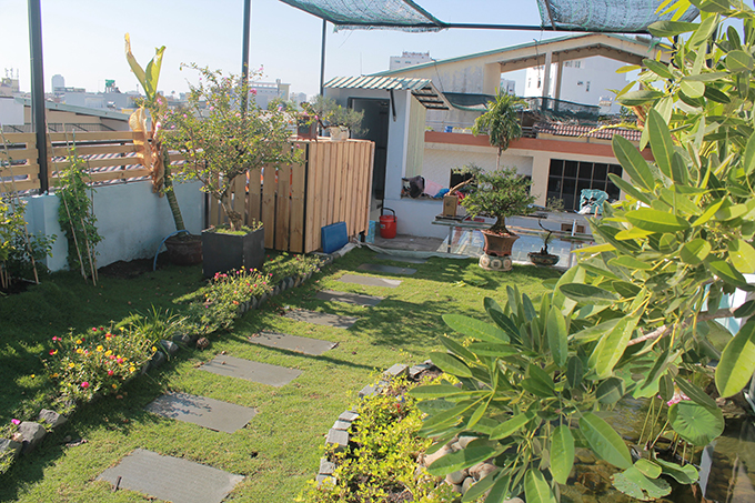 Vườn sân thượng còn có các thùng chứa nước để kiểm soát lượng nước thừa trong đất, đi vào ống thải xuống bên dưới.