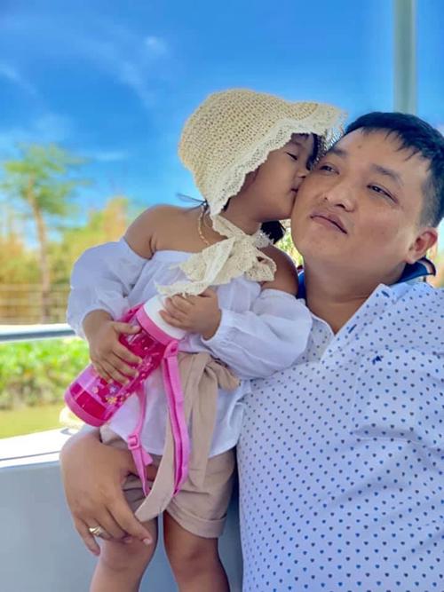 Tình cảm giữa con gái và bố rất tốt nên khi bố đi làm nhiệm vụ, bé thường hỏi mẹ về bố.