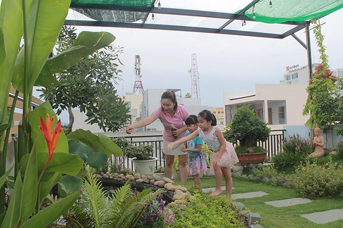 Hai con gái nhỏ thích thú khi được cùng bố mẹ lên thăm vườn mỗi ngày.