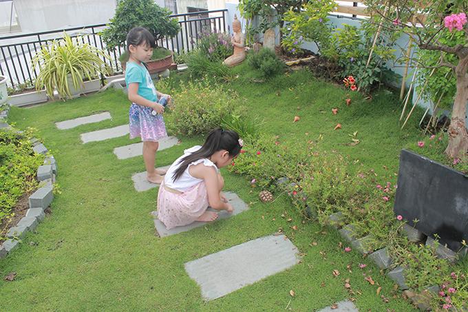 Hai con gái cũng giúp bố mẹ làm vườn mỗi ngày, thích thú khi hoa nở đầy sân nhà.